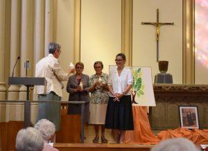 Sr Anne Thirion présentant des bougies aux Soeurs