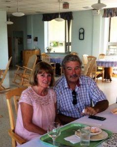 Mme Alice Boulay et son mari assis à table dans la salle à manger