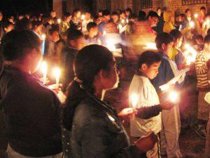 Un groupe en train prier dans la rue, nbouigies à la main
